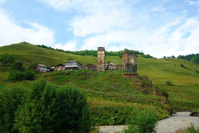 De traditionele oude Torens en machub het huis van Svan in Ushguli-dorp, Hogere Svaneti, Georgië Ushguli is het hoogste dorp in E stock fotografie