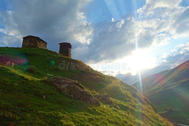 De traditionele oude Torens en machub het huis van Svan in Ushguli-dorp, Hogere Svaneti, Georgië Ushguli is het hoogste dorp in E royalty-vrije stock fotografie
