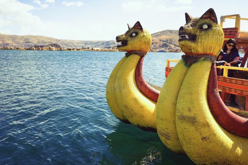 De traditionele rietboot op Meer Titicaca, een groot, diep meer in de Andes op de grens van Bolivië en Peru stock foto's