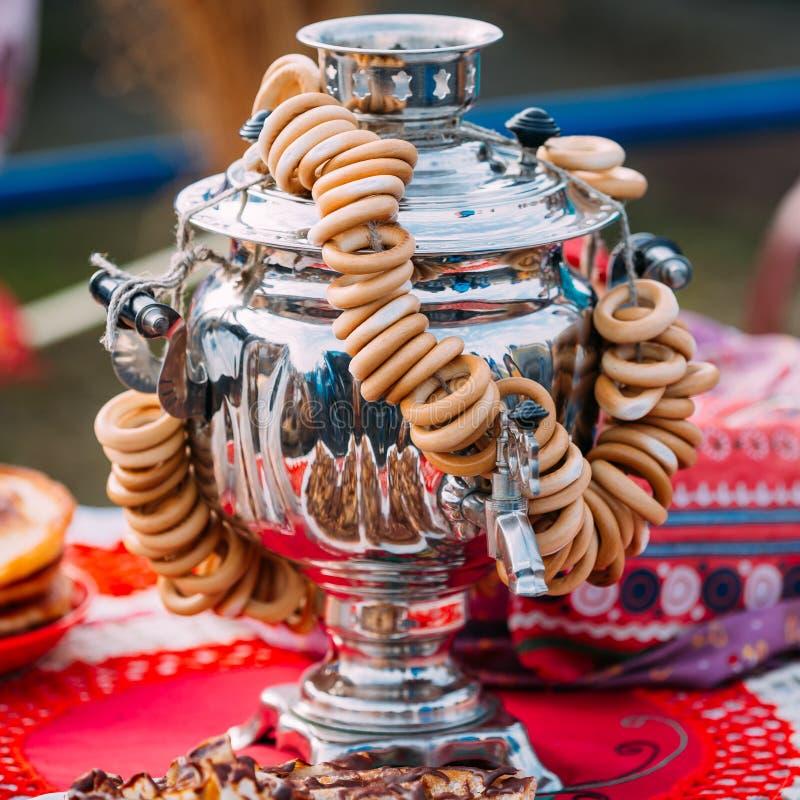 De traditionele Russische Samovar met Ongezuurde broodjes is op Lijst stock foto's