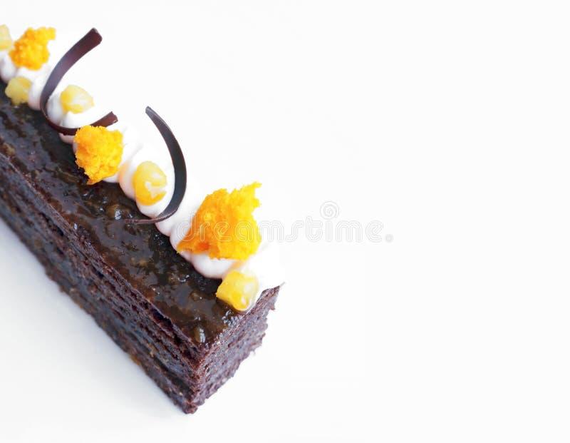De traditionele Sacher-cake met abrikozenstukken en de oranje microgolf sponsen decoratie op wit af royalty-vrije stock foto's