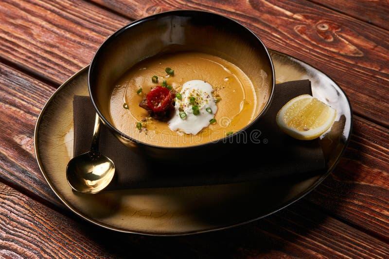 De traditionele soep van de Linzeroom met gebakken lam royalty-vrije stock afbeeldingen