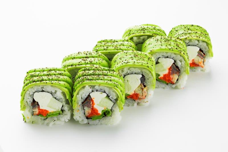 De traditionele sushi rollen met gerookte paling, avocado en rode kaviaar dicht omhoog op een witte achtergrond royalty-vrije stock afbeelding