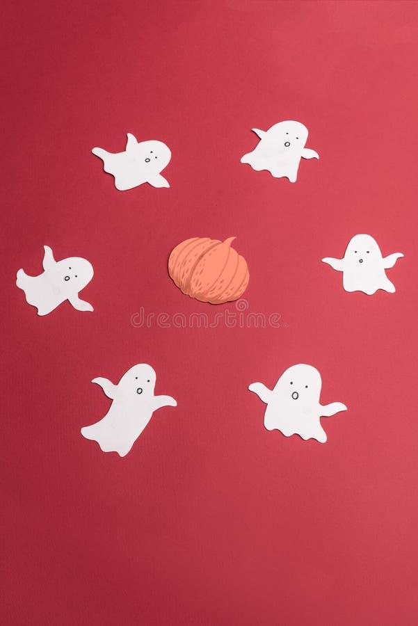 De traditionele symbolen van spoken voor haloween op rode achtergrond stock foto