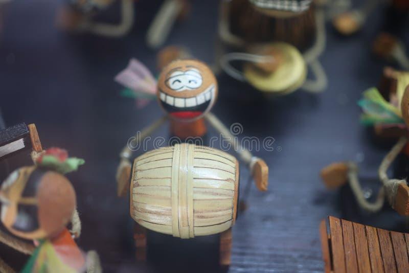 De traditionele Thaise houten pop toont gebaren, speelt muziek, sloeg trommels, pastelkleurachtergrond royalty-vrije stock foto's