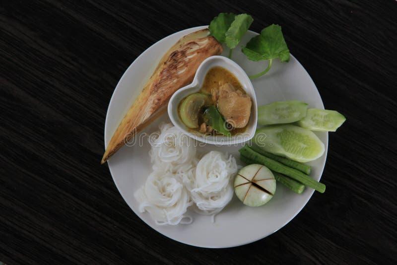 De traditionele Thaise vermicelli van de keukenrijst die met groene kerrie worden gegeten stock afbeelding
