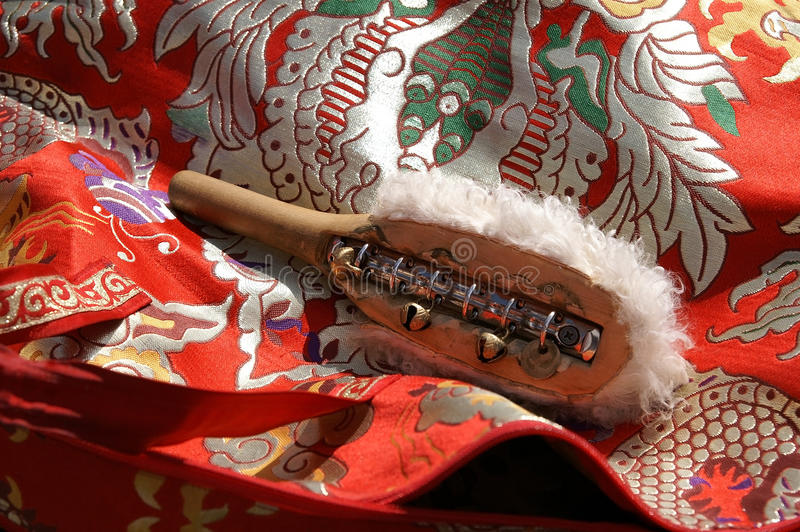 De traditionele toebehoren van de medicijnman - houten hamer met kleine klokken FO royalty-vrije stock afbeeldingen