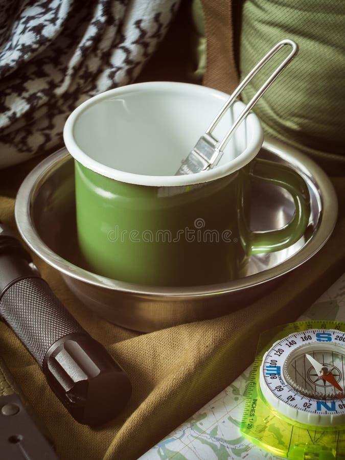 De traditionele uitrusting van het toeristenmateriaal op kaki textielachtergrond stock foto's