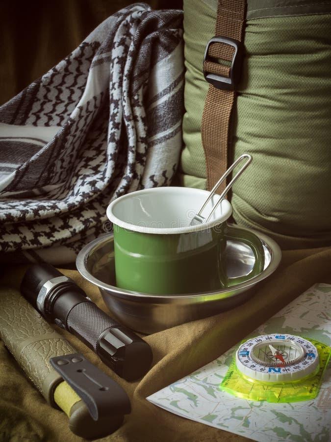 De traditionele uitrusting van het toeristenmateriaal op kaki textielachtergrond royalty-vrije stock foto's