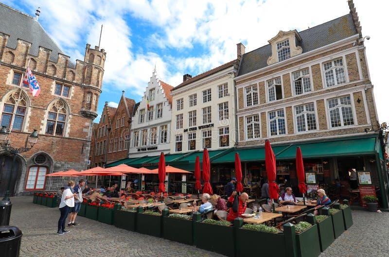 De traditionele Vlaamse koffie DE Vier Winden bepaalde van op Markt van Brugge de plaats - Marktvierkant in Brugge, België stock afbeelding
