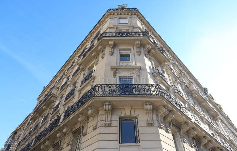 De traditionele voorgevel van de Parijse bouw, Frankrijk royalty-vrije stock afbeeldingen