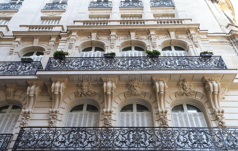 De traditionele voorgevel van de Parijse bouw, Frankrijk royalty-vrije stock foto