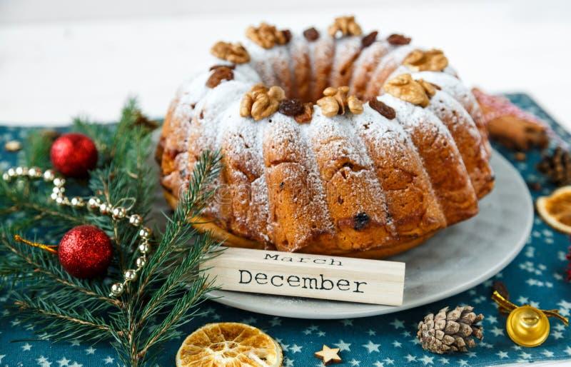De traditionele vruchtencake voor Kerstmis verfraaide met gepoederde suiker en noten, rozijnen Eigengemaakte Delicioius stock afbeelding