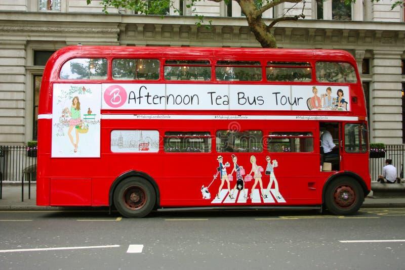 De traditionella röda dubbeldäckareLondon bussarna i trafiken på gatorna av Soho royaltyfri fotografi