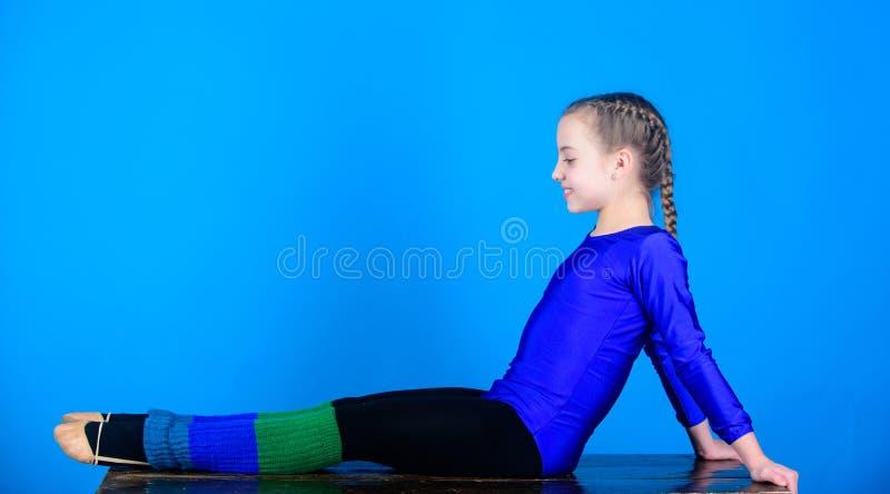 De training van de acrobatiekgymnastiek van tienermeisje Geschiktheidsdieet Energie Succes Kinderjarenactiviteit Sport en gezondh stock foto