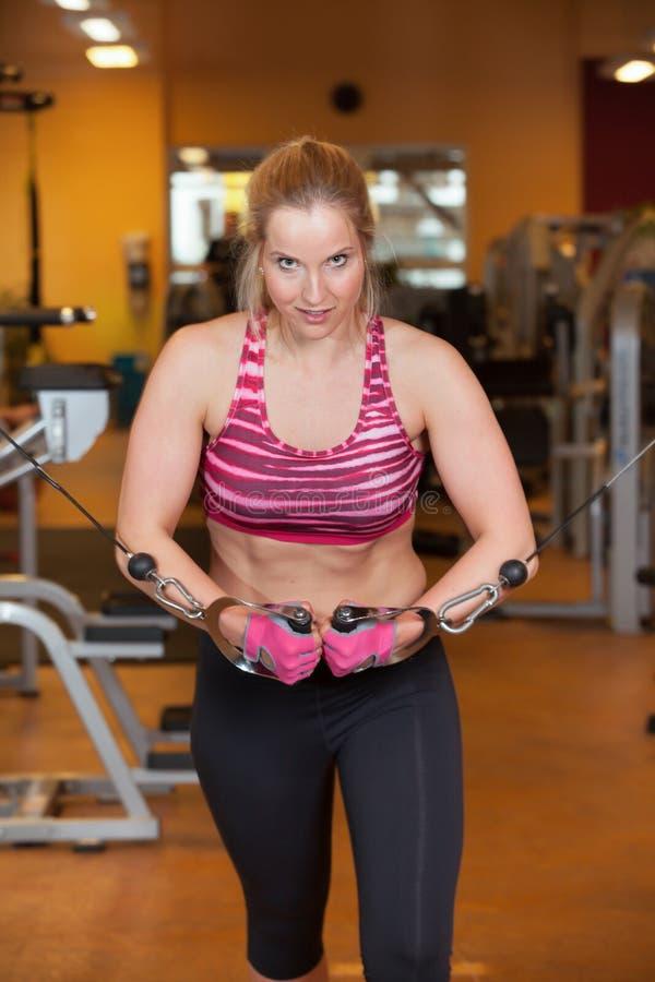 De training van de vrouwengeschiktheid in een gymnastiek stock foto's