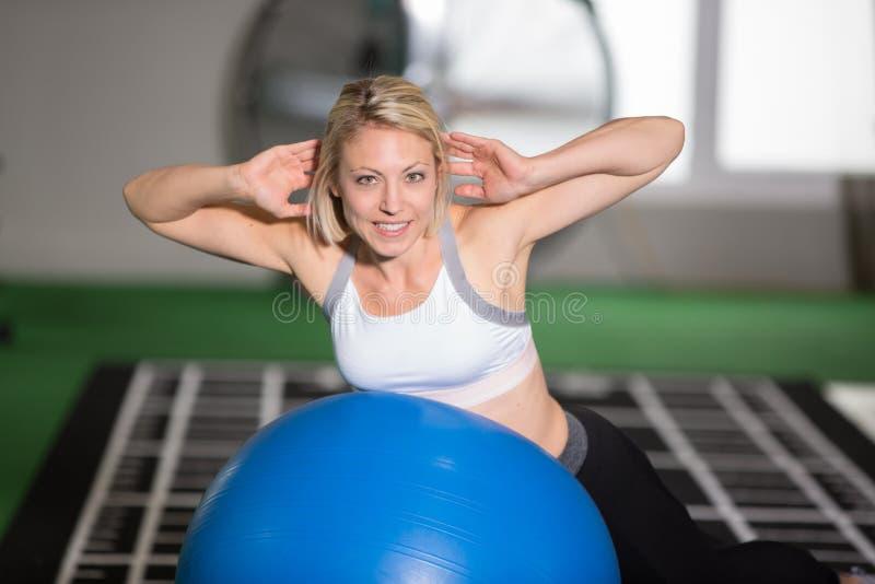 De training van de vrouwengeschiktheid met gymnastiekbal stock afbeeldingen