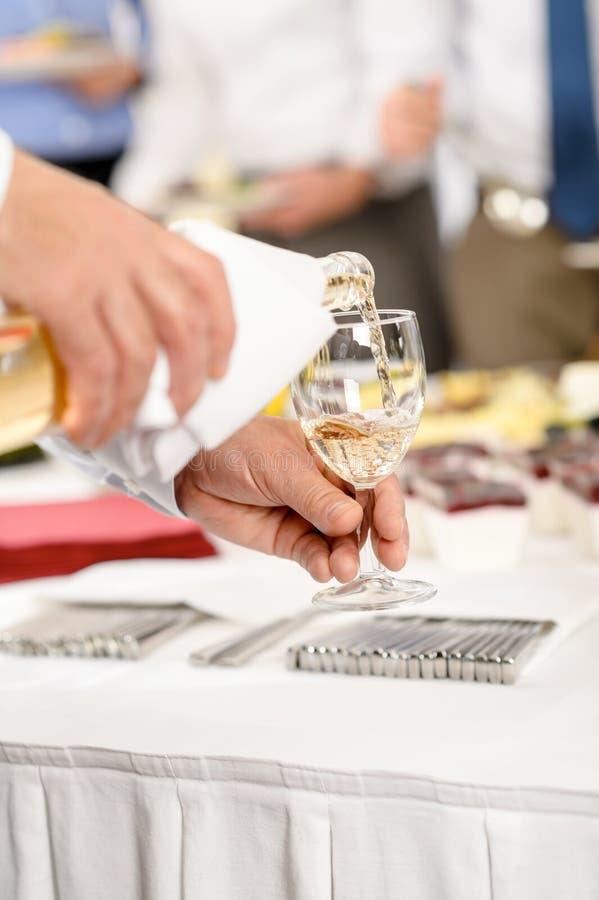 De traiteur van de bedrijfsbuffetlunch dient wijnvoorgerecht stock fotografie