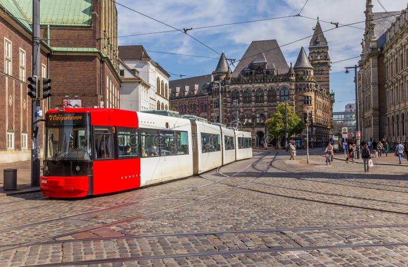 De tram die door a gaan cobblestoned straat van Bremen stock foto's