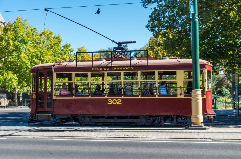De tram die van Bendigotramsporen langs Baarkleedwandelgalerij reizen in Bendigo royalty-vrije stock afbeelding