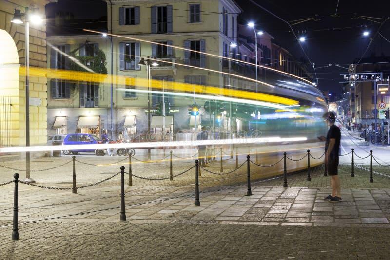 De Tram van de stad van Milaan, de zomernacht Het beeld van de kleur stock foto's