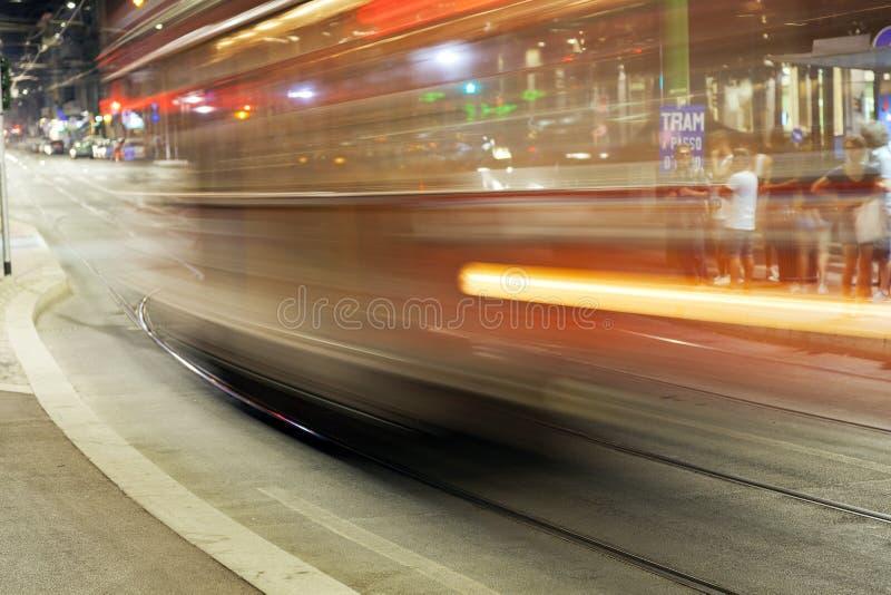 De Tram van de stad van Milaan, de zomernacht Het beeld van de kleur stock foto