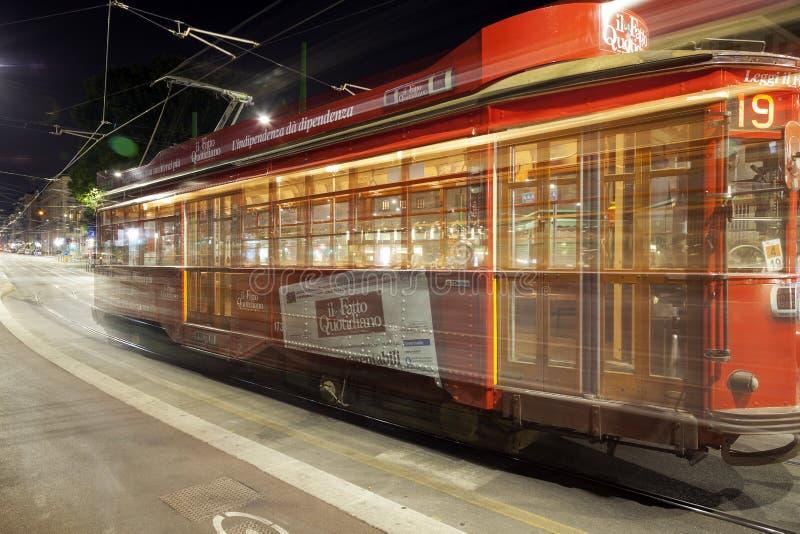 De Tram van de stad van Milaan, de zomernacht Het beeld van de kleur stock afbeeldingen