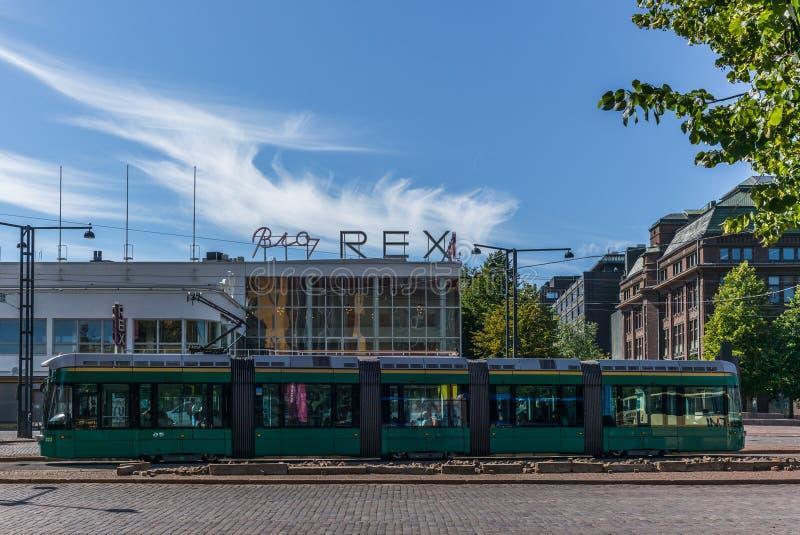 De tram van Helsinki voor de iconische Bioskoop Rex stock foto's