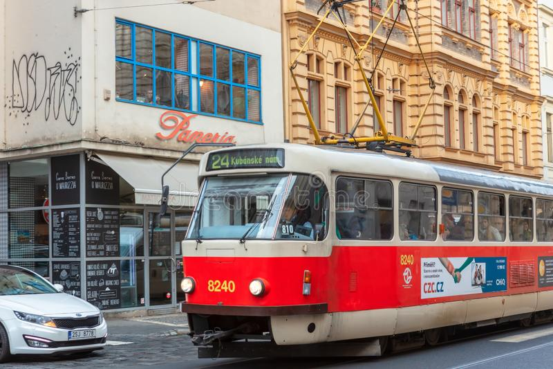 De tram is zeer populair openbaar vervoer in Praag royalty-vrije stock afbeelding