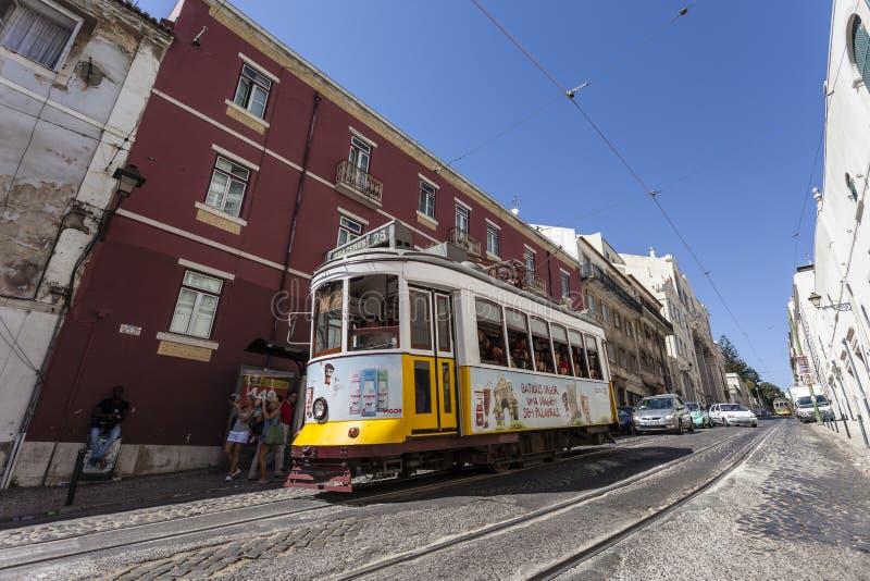 De Tramlijn van Lissabon nr. 28 Alfama stock fotografie