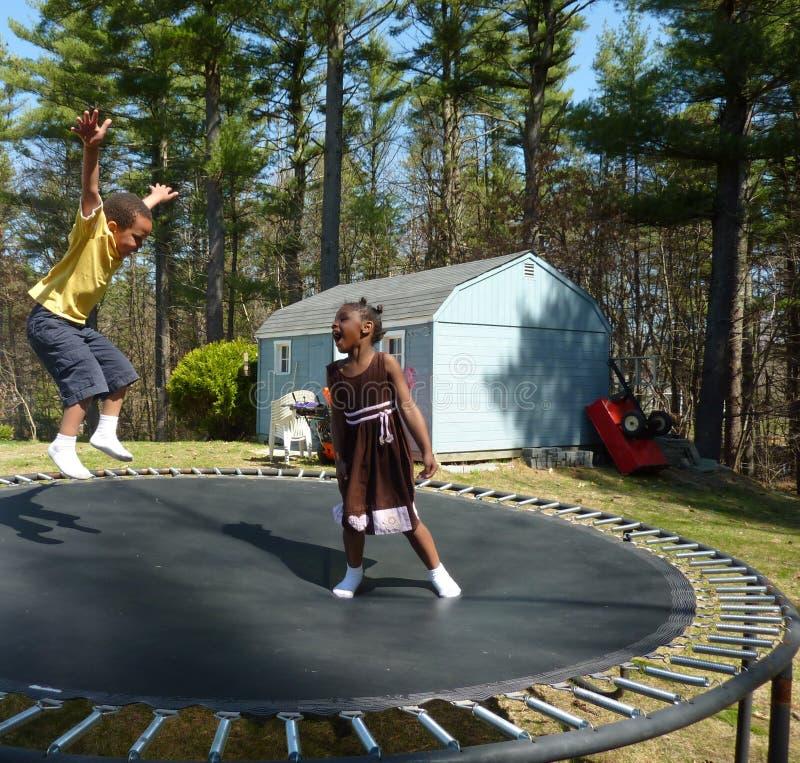 De trampoline van jonge geitjes   stock foto's
