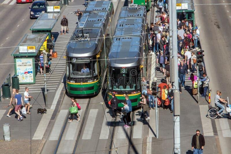 de trams bevinden zich op de hoofdstraat, Helsinki stock foto