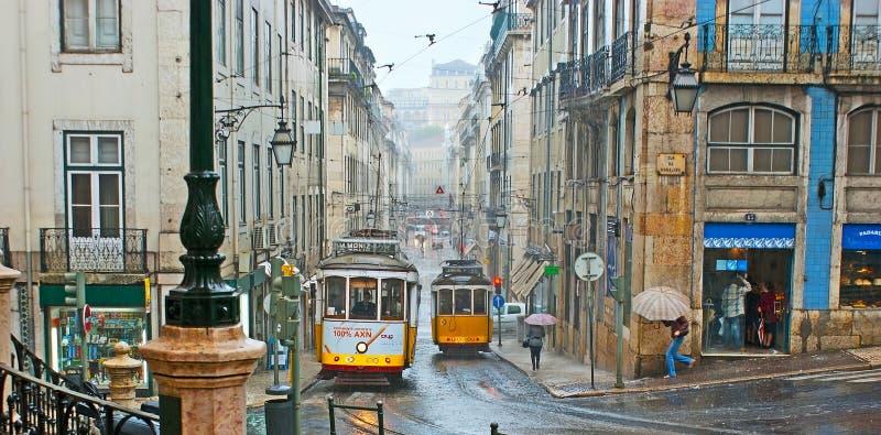 De trams in regenachtig Lissabon royalty-vrije stock foto