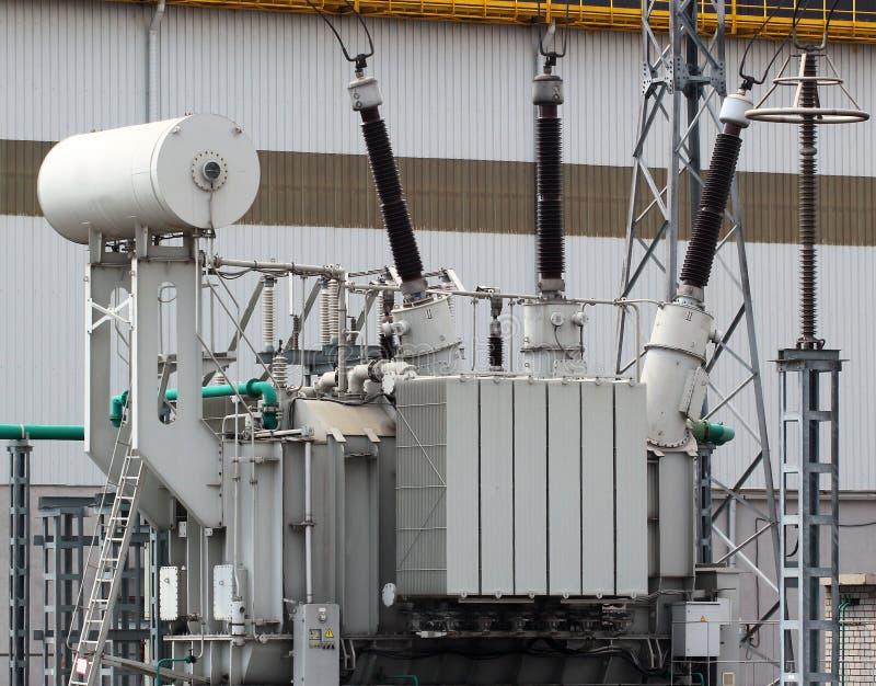 De transformator van de hoogspanningsmacht op elektrohulpkantoor stock foto's
