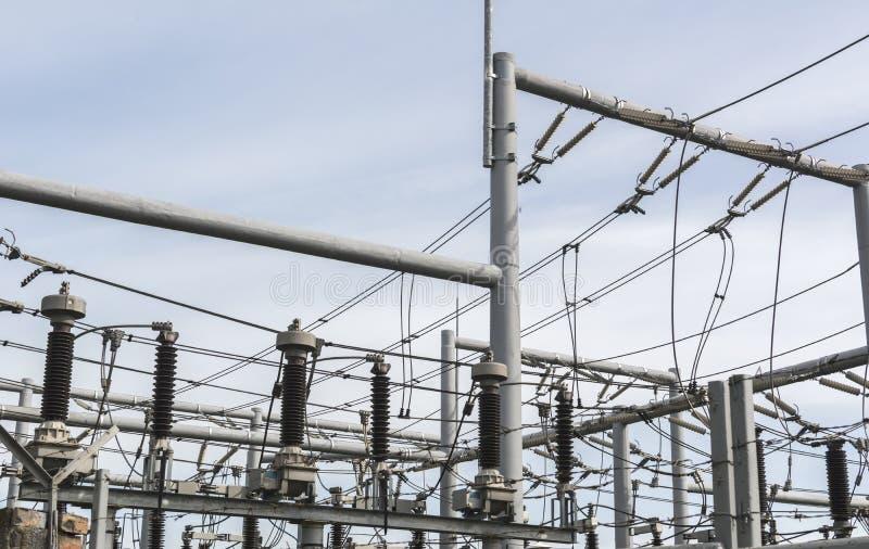 De transformatorhulpkantoor van de hoogspanningsmacht Distributie elektrisch hulpkantoor met machtslijnen royalty-vrije stock foto's