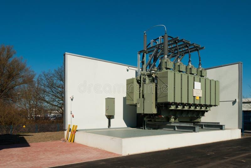 De transformatorpost voorziet een stedelijk district van elektriciteit royalty-vrije stock fotografie