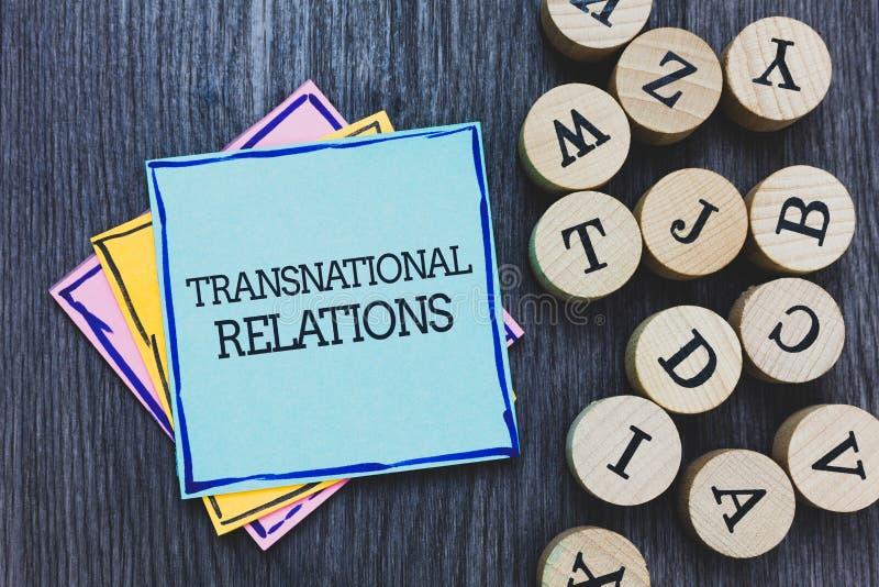 De Transnationale Relaties van de handschrifttekst Concept die Internationaal Globaal de Diplomatie Zwart houten dek w betekenen  royalty-vrije stock fotografie