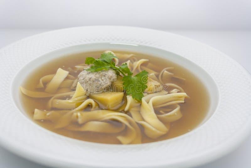 De transparante soep van de rundvleesnoedel met aardappels en tarwevulling royalty-vrije stock afbeelding