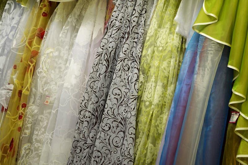 De transparante stof van Tulle Het wordt gebruikt voor vensters Achtergrond Wit, geel, blauw, rood royalty-vrije stock afbeelding