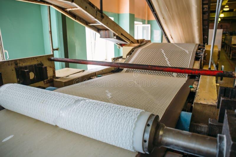 De transportband automatiseerde lijn bij de Banketbakkerijinstallatie, deeg voor het maken van koekjes, brood het maken royalty-vrije stock fotografie