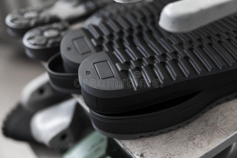 De transportband op een schoenenfabriek met schoen en zool Massaproduktie van schoeisel royalty-vrije stock foto