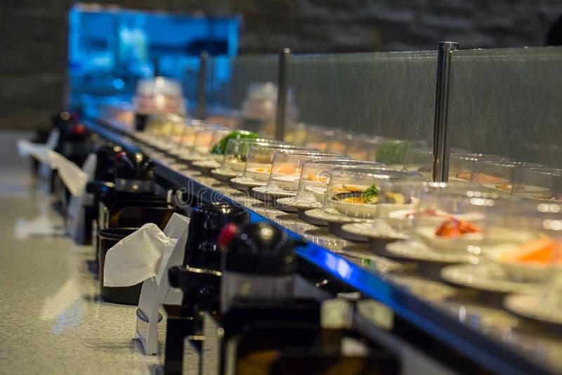 De transportband van het restaurantsushi van Japan of riembuffet stock afbeelding
