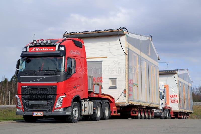 De Transporten van Volvo FH het Huismodule van Premade als Overmaatse Lading royalty-vrije stock fotografie