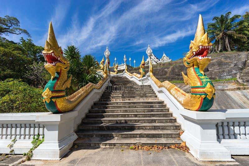De trap met Naga kronkelt aan de witte tempel van Wat Kaew Korawaram in Krabi-Stad in Thailand royalty-vrije stock fotografie
