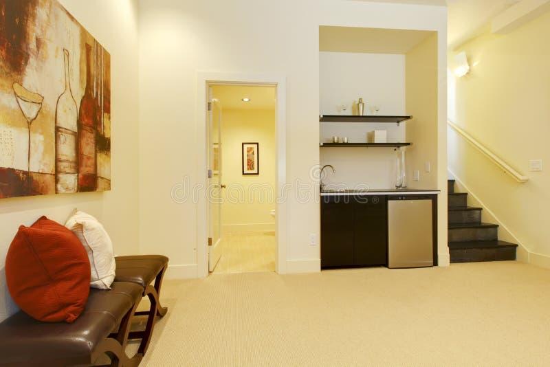 De trap van de woonkamer met badkamers en staaf. royalty-vrije stock fotografie