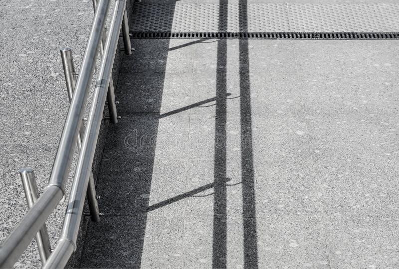 De trap is verfraaid met graniet en marmeren tegels met metaaltraliewerk stock afbeelding