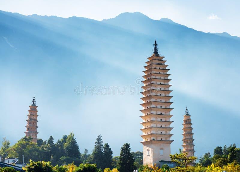 De tre pagoderna av den Chongsheng templet i Dali, Kina arkivfoto
