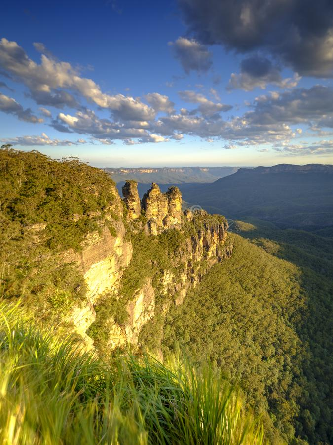 De tre systrarna och de bl?a bergen p? solnedg?ngen, Katoomba, NSW, Australien royaltyfri bild