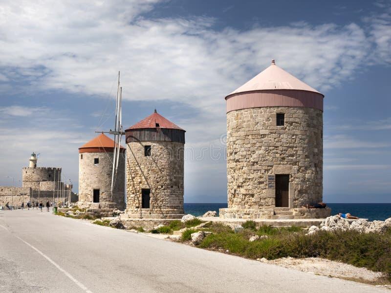 De tre väderkvarnarna av den Mandraki hamnen i Rhodes Greece fotografering för bildbyråer