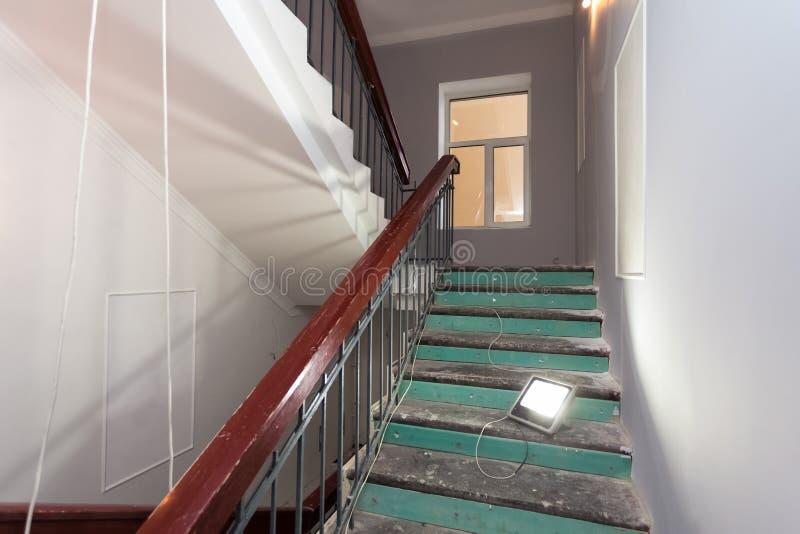 De treden met houten leuningen is het deel van binnenland van flat tijdens verbetering of het remodelleren, vernieuwing, uitbreid royalty-vrije stock afbeeldingen